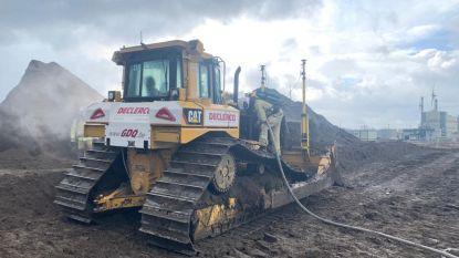 Motor van bulldozer op rupsbanden vat vuur