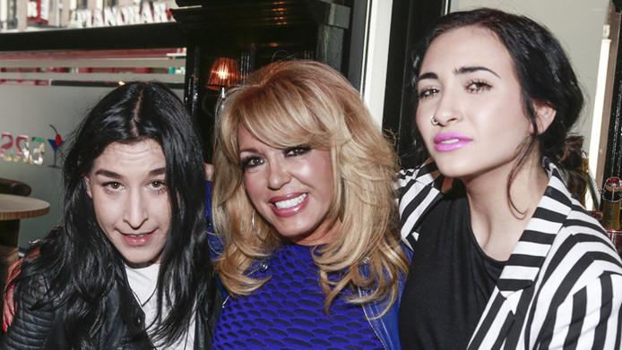 Christina Curry (rechts) zal morgen met haar moeder Patricia Paay (m) aanwezig zijn tijdens de Gay Pride. Links Elle Bandita de partner van Christina.