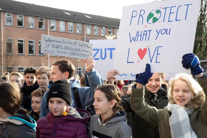 DS-2019-1768 Zutphen - Klimaatprotest door Zutphense scholieren van het Baudartius en het Eligant Lyceum. Leerlingen met borden op het plein voor de school.