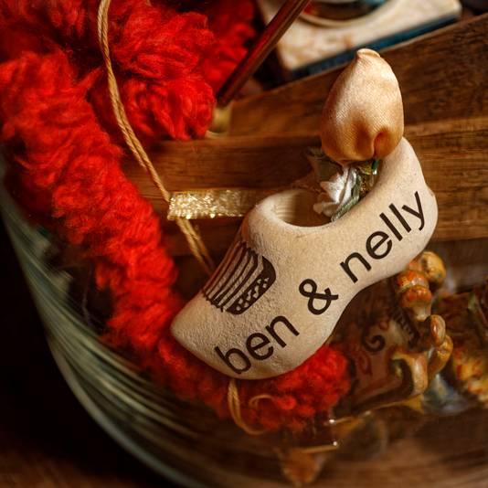 Bernadette en Saskia hebben een stolp gemaakt met spulletjes die hen aan hun ouders herinneren. Daarin onder andere dit klompje.