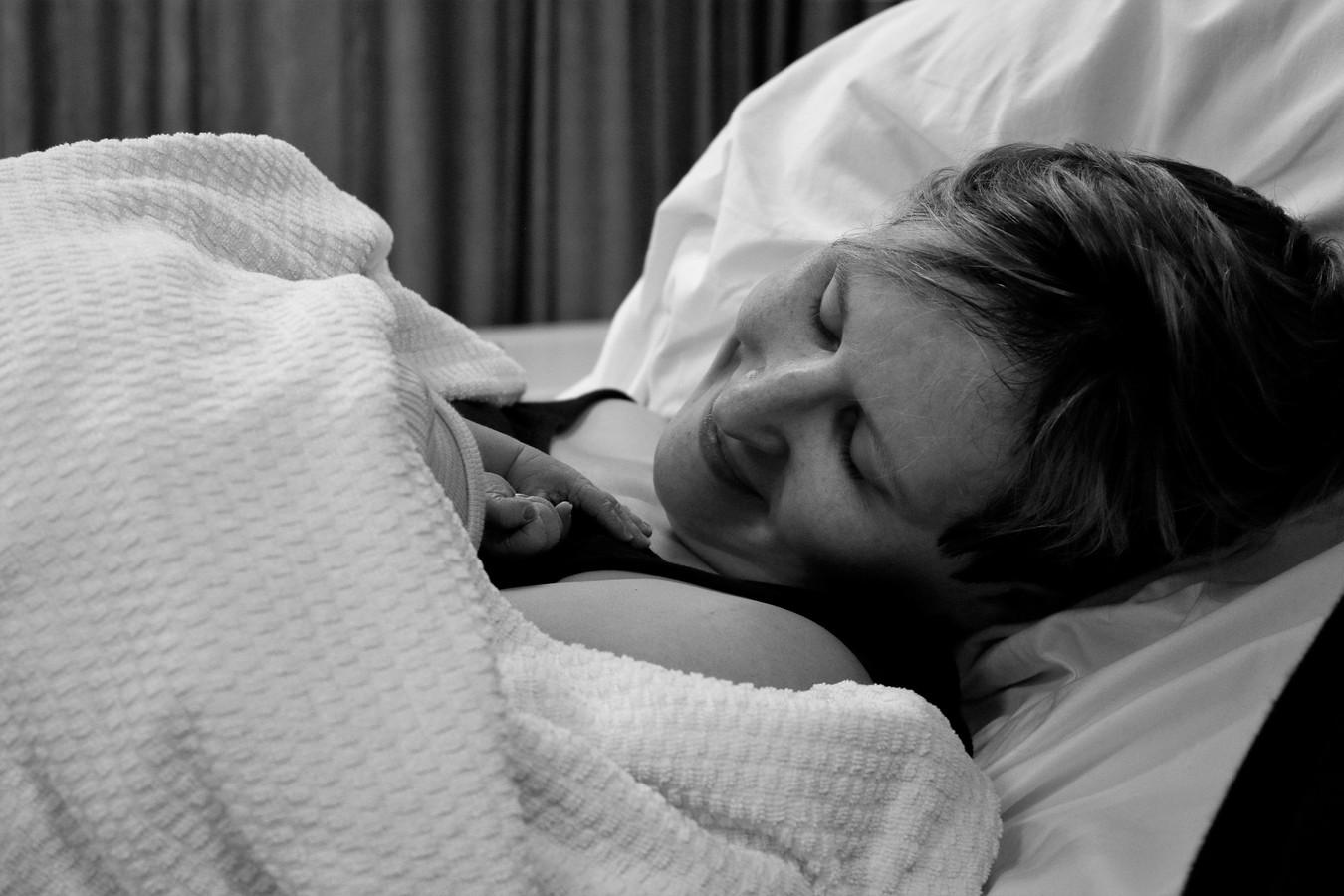 Arianne Wennekes met haar dochter Aimée. ,,We kunnen er ons hele leven op teren dat we vier weken lang zo'n fantastisch lief en mooi meisje bij ons mochten hebben.''