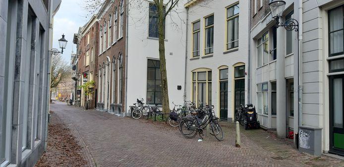 De panden waar de tijdelijke opvang, voor de duur van anderhalf jaar moet komen, in de Polstraat.