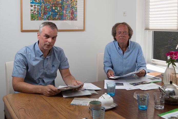 Ab Visser (r) en Oscar Langeland strijden voor verkeersveiligheid in Olst. Als het aan het duo ligt, komt de tunnel bij de Ter Stegestraat er niet.