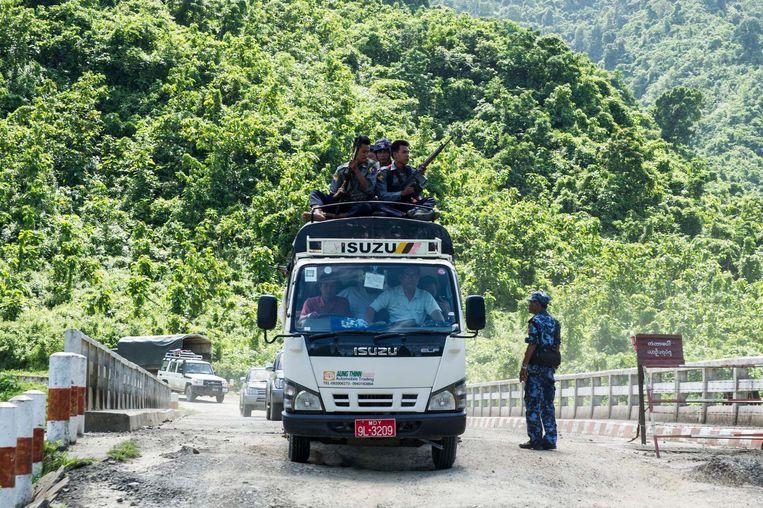 Myanmarese politieagenten beveiligen personeel van de VN en ngo's. Beeld afp