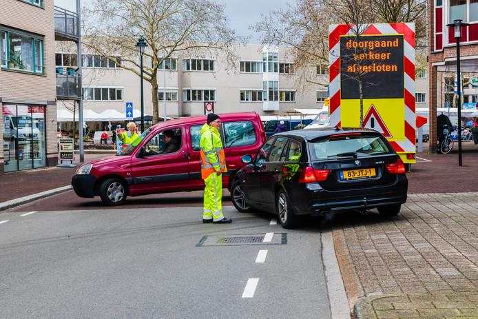De nieuwe verkeerssituatie op de Weeshuislaan in het centrum van Zeist is voor veel automobilisten nog erg onduidelijk. De gemeente zette al verkeersregelaars in.
