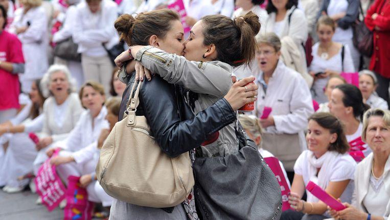 Deze meisjes gaven in 2012 Franse demonstranten tegen het holebihuwelijk en -adoptie het nakijken.