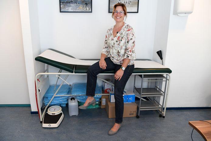 """Huisarts Claudia Verheijen: ,,We hebben ervaring opgedaan en zijn beter in staat om te beoordelen welke patiënten we wel en welke we niet laten komen."""""""