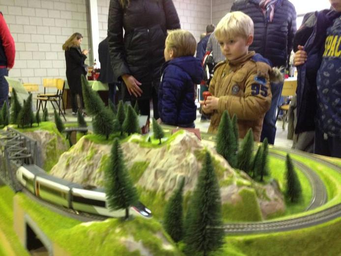 Kinderen bij modelspoorbaan.