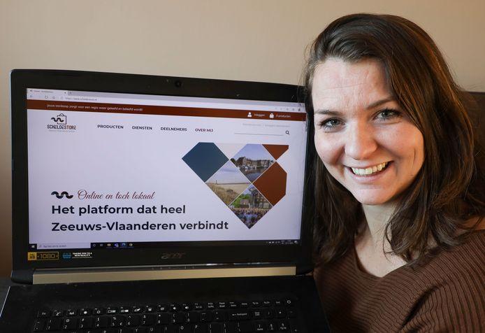 Sophie Guiljam met de homepage van haar online platform Scheldestore voor lokale Zeeuws-Vlaamse ondernemers.