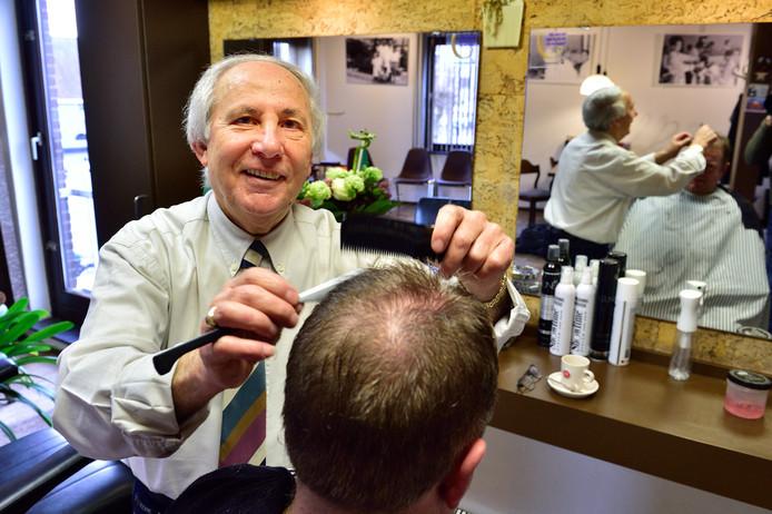 Angelo Amato is deze maand 75 jaar geworden en staat 'zijn hele leven' al in een kapperszaak. Hij vindt het werk zo leuk, dat hij niet aan stoppen denkt.