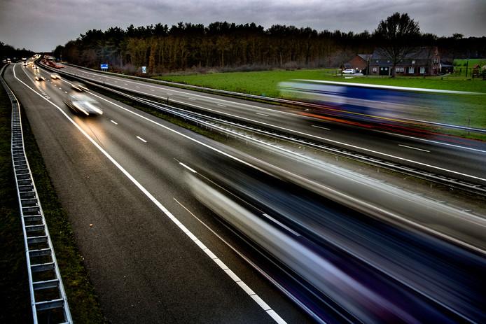 Voor wie over de A67 rijdt, is het misschien een kleine geruststelling: op afstand kijkt Rijkswaterstaat mee.