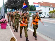 Plukjes wandelaars trekken door Land van Cuijk richting Nijmegen