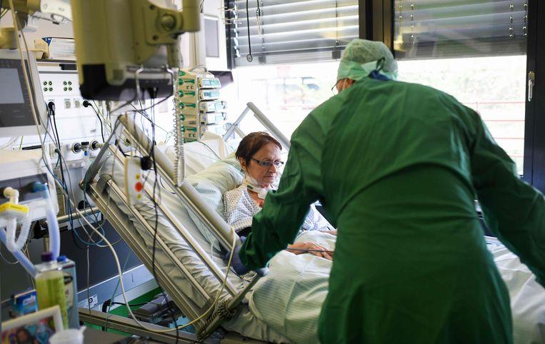 Een verpleegster bij een coronapatiënt in het ziekenhuis van Aken, niet ver van Gangelt.