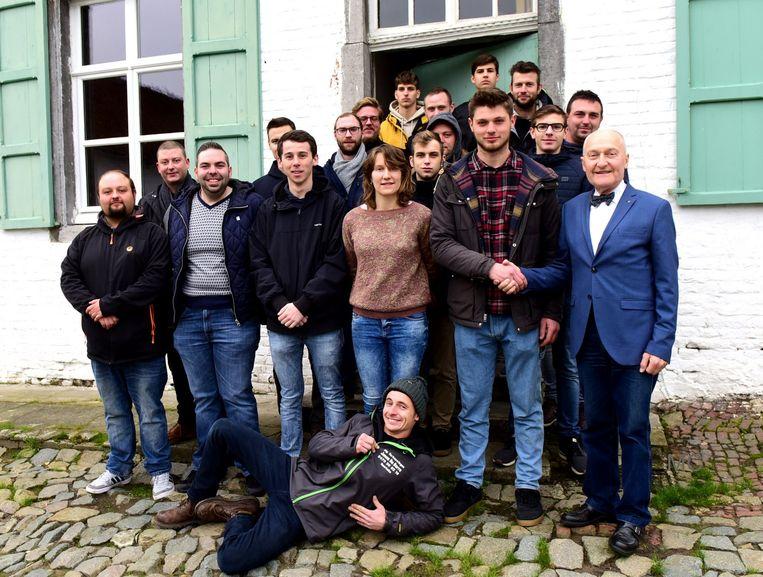 De nieuwe Pauwel krijgt felicitaties van Jan Couck(recht)