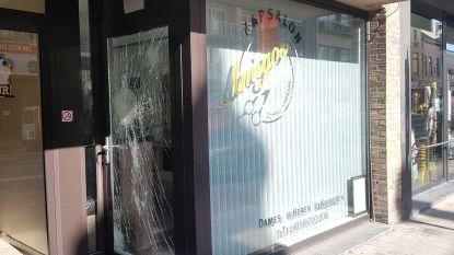 Kapper (34) gearresteerd nadat hij molotovcocktails gooit in eigen kapsalon