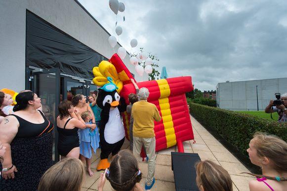 250 ballonnen gaan de lucht in. Wie er eentje vindt, mag gratis binnen.