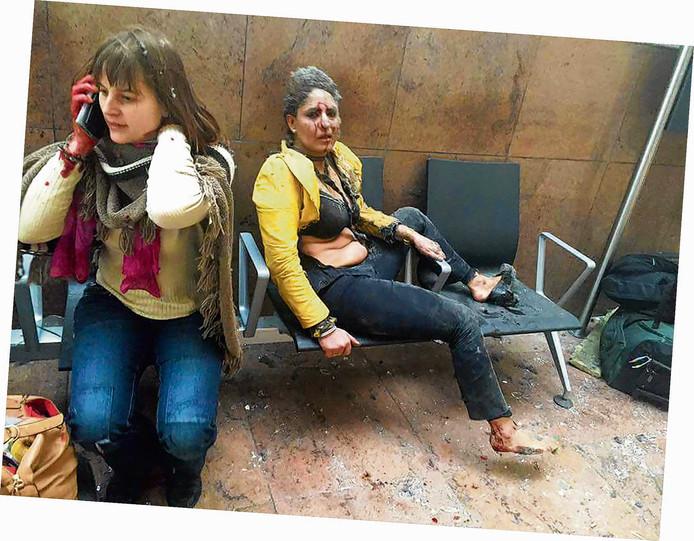 Een foto van gewonden na de aanslag op vliegveld Zaventem. Op de foto staat een Indiase stewardess die zwaargewond bleek.