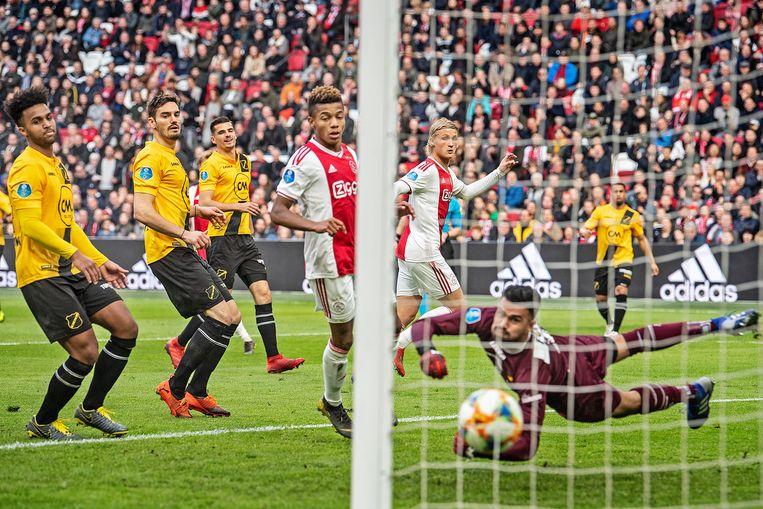 Kasper Dolberg scoort met een mooie voetbeweging de 2-0. Keeper Benjamin van Leer is kansloos, er zouden nog drie doelpunten vallen. Beeld Guus Dubbelman / de Volkskrant