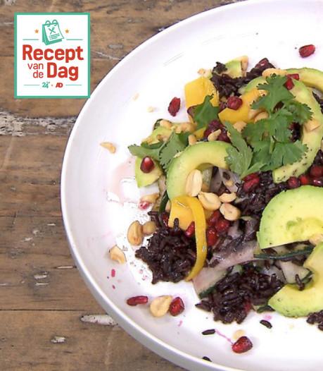 Recept van de dag: Zwarte-rijstsalade met granaatappel en pindacrunch