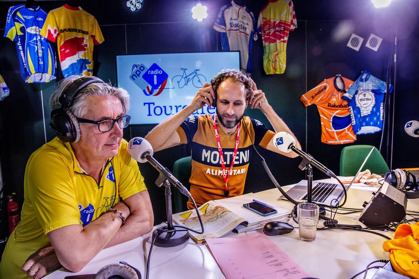 Op de foto vanuit de radio studio links journalist en radiopresentator Robbert Meeder sportjournalist televisiepresentator Gert van 't Hof.