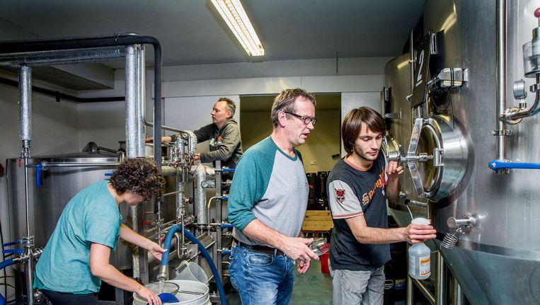 Oprichter Fer Kok (tweede van rechts) met een aantal vaste medewerkers in de brouwerij van De Prael. Beeld Jean-Pierre Jans