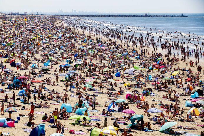 2020-07-31 15:26:04 SCHEVENINGEN - Drukte op het Scheveningse strand. Dor het warme weer trekken dagjesmensen en vakantiegangers massaal naar de kust. ANP NIELS WENSTEDT