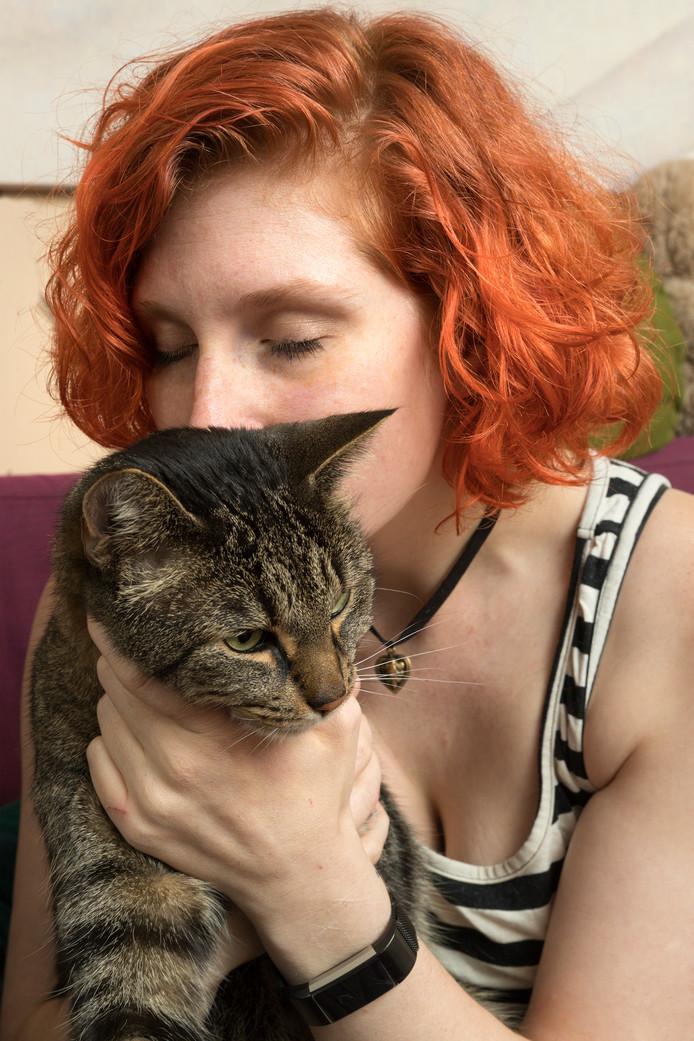 Geesje van de Crommert met een van haar katten. Toen ze geen mens meer vertrouwde, vond ze troost bij haar dieren.
