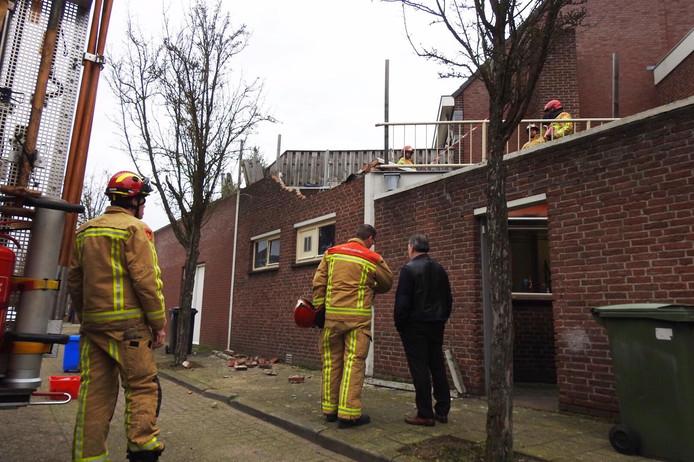 Op de Eindhovenseweg in Valkenswaard is door de harde wind een muur van een woning omgevallen.