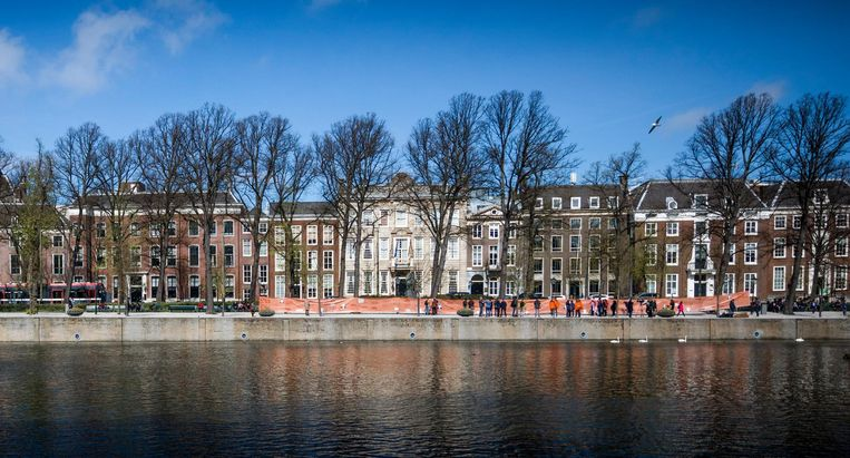 Protesterende studenten bij de Haagse Hofvijver met hun 'Museum van Onderwijsbezuinigingen', een spandoek van 50 meter breed. Beeld Freek van den Bergh / de Volkskrant