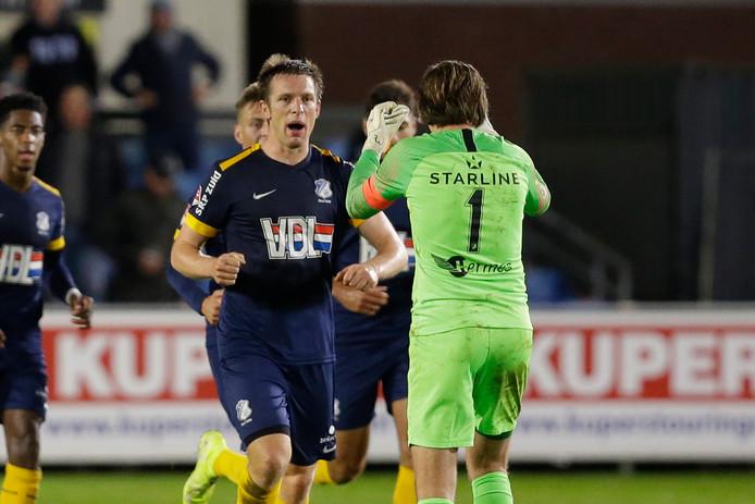 Bart Biemans viert zijn goal tegen Jong PSV (2-1 verlies) met keeper Ruud Swinkels.