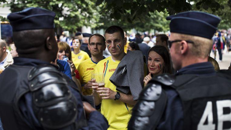 Roemeense supporters en Franse agenten in Parijs vrijdag voor het begin van de openingswedstrijd van het EK tegen Frankrijk. Beeld Bart Koetsier
