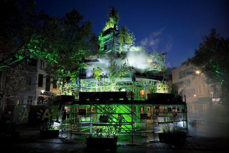 De oogsttoren van Babel is 's nachts sprookjesachtig verlicht.