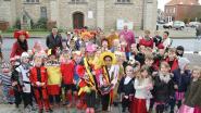Kinderen vieren carnaval in gemeentehuis