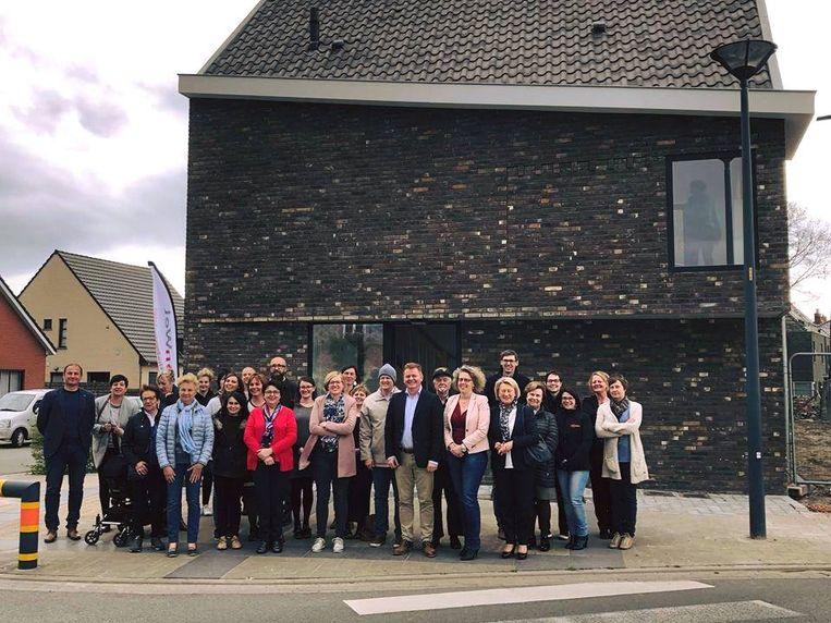 Het schepencollege, leden van WoonWel en Duinhelm kwamen een kijkje nemen bij de oplevering van de molensite Acke.