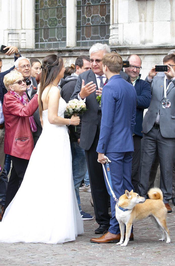Pasgehuwden Jannes en Birgit in gesprek met prins Laurent.