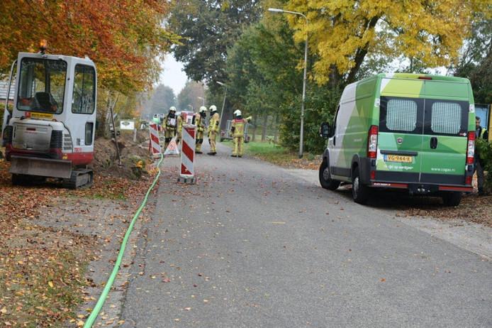 Brandweer en Cogas bij gaslek aan Achteres in Den Ham.