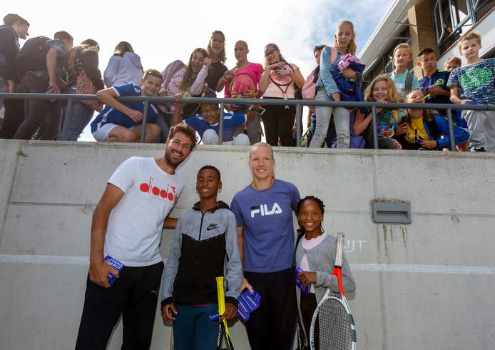 Robin Haase en Kiki Bertens samen met Gianni (l) en Lesego tussen de leerlingen van het Seg-broek College. Die waren flink onder de indruk van het bezoek.