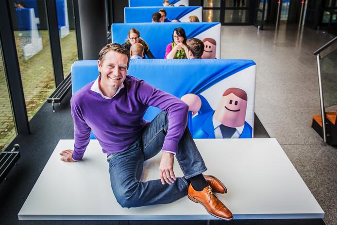 Directeur Daniel Ropers van Bol.com. Met de mascotte Billy.