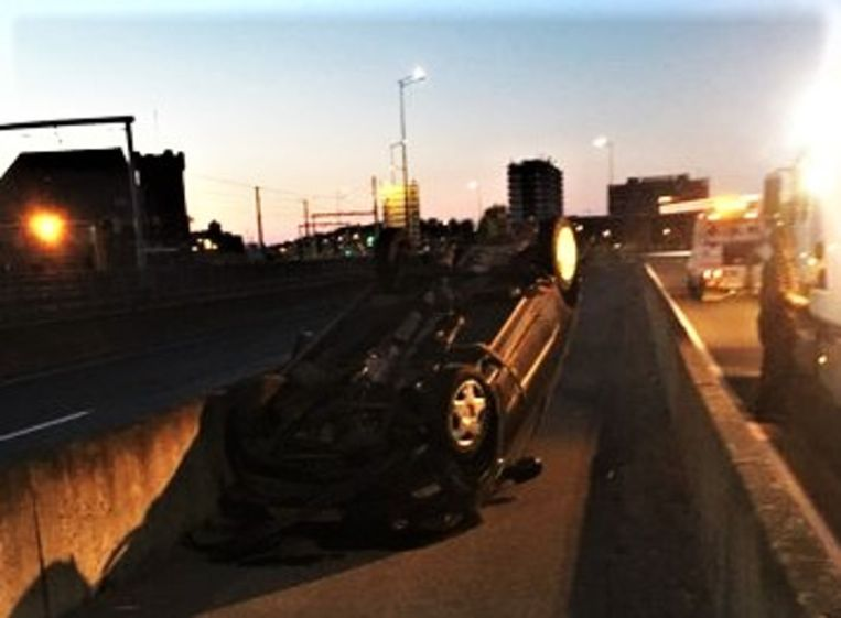 Het voertuig belandde op zijn dak tussen de betonnen afsluitingen, in het midden van beide rijstroken.