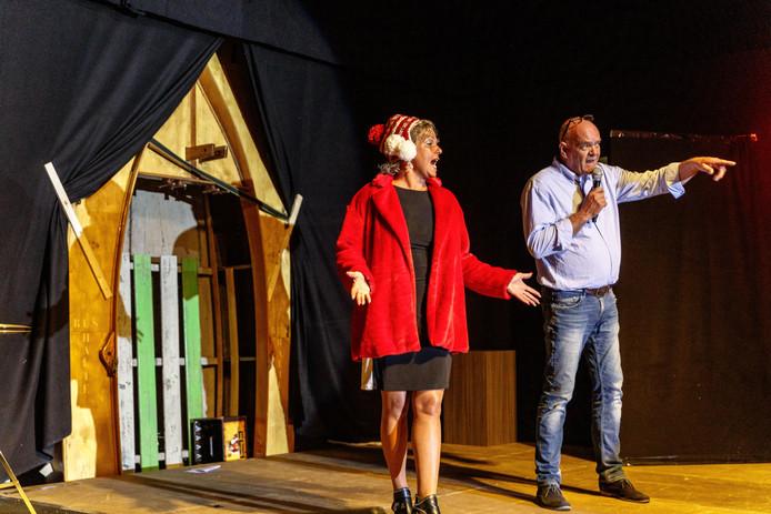 Annemarie de vries en Simon Piest van Ruzig Volk zingen na de onthulling van het bootbushokje het afscheidslied 't Vene op de melodie Brabant van Guus Meeuwis.