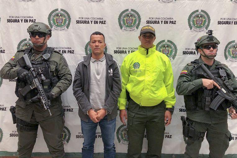 Carlos Mario Tuberquia, tweede van links, in handboeien. Hij is een belangrijke speler van Clan del Golfo en werd onlangs opgepakt.