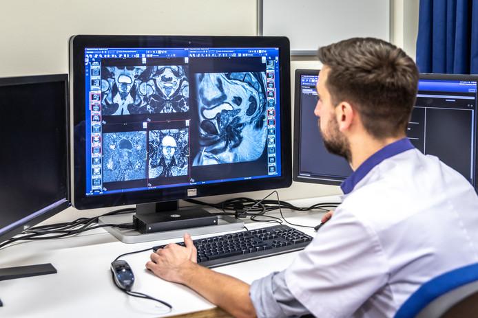 Radioloog Ortwin Vergauwen van het Adrz bekijkt gegevens in het ziekenhuissysteem.
