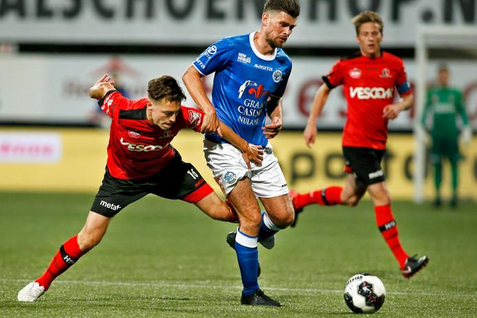 Danny Holla (r) laat Helmond Sport-speler Bodi Brusselers geknield achter.