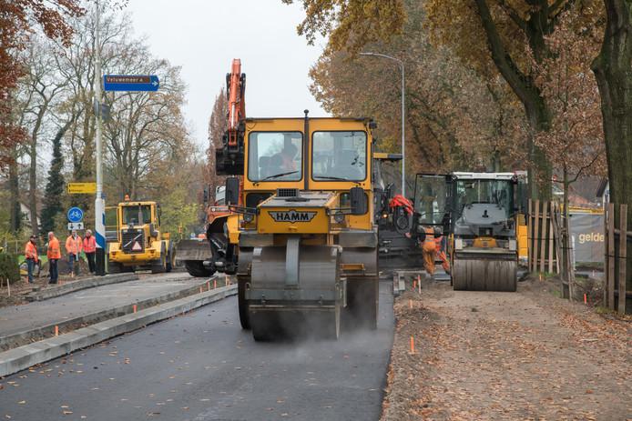 Er wordt op dit moment volop gewerkt aan de Harderwijkerweg in Hulshorst. De weg is al zes weken in beide richtingen afgesloten, maar gaat komende vrijdag weer open.