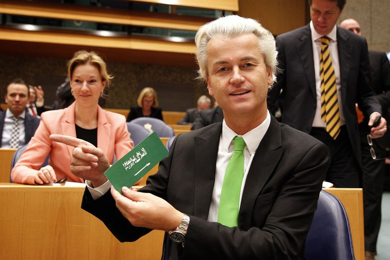 PVV-leider Geert Wilders toont in de Tweede Kamer een sticker waarop in het Arabisch staat: De islam is een leugen. Mohammed is een boef. De koran is gif. Volgens Wilders is de bedoeling van de sticker 'niet om te kwetsen, wel om te choqueren'. Beeld anp