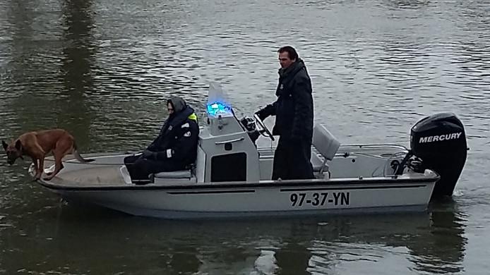 Op de IJssel bij De Steeg wordt gezocht met honden, sonarapparatuur en zo nodig met duikers.