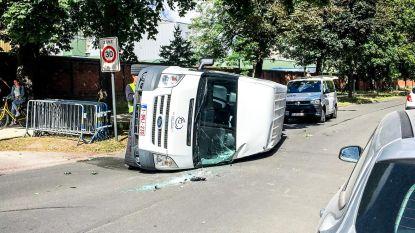 OCMW-busje knalt tegen auto en belandt op zijkant
