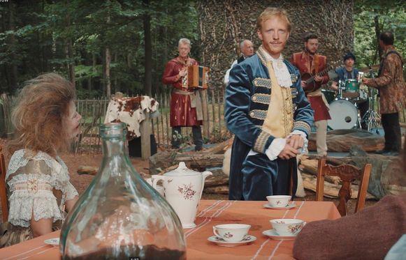 Acteur Martin Swabey in de videoclip van Ashley.