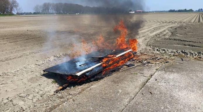 De vlammen op de akker bij Lewedorp.