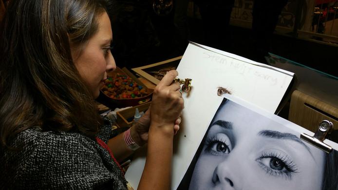 Marissa Oosterlee maakt een portret met Airbrush